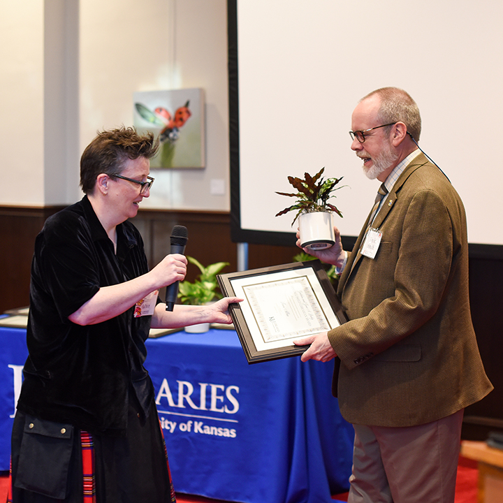 Tami Albin receiving the Gretchen and Gene A. Budig Distinguished Librarian Award